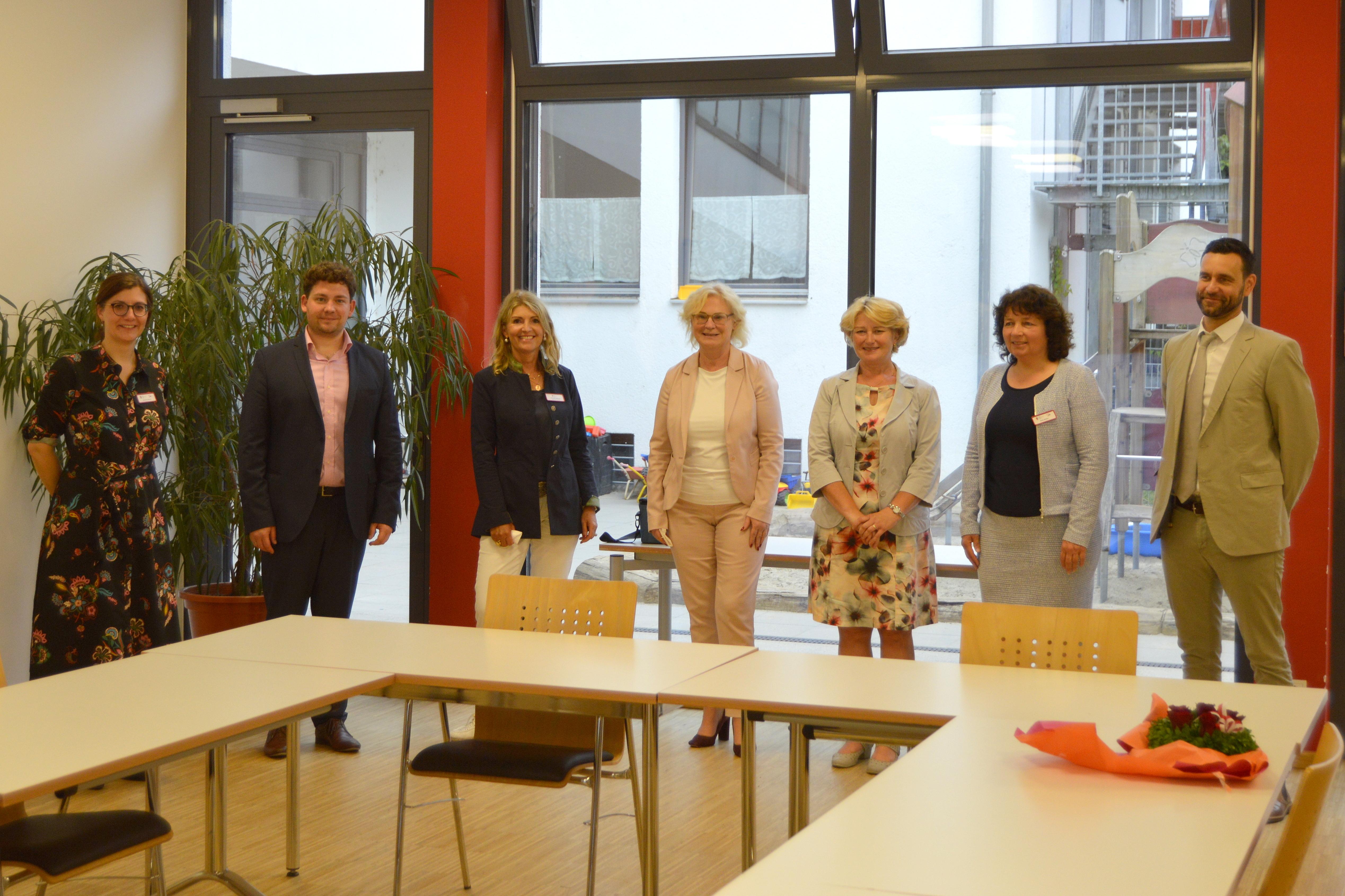 Bundesfamilienministerin Christine Lambrecht mit den Engagierten sowie Besucherinnen und Besuchern aus dem Mehrgenerationenhaus Landshut.