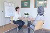 Foto von einem Gespräch zwischen einer Beraterin und einer Klientin
