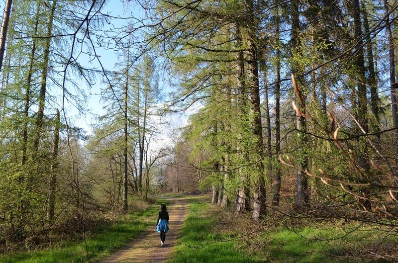 Frau in Wald.