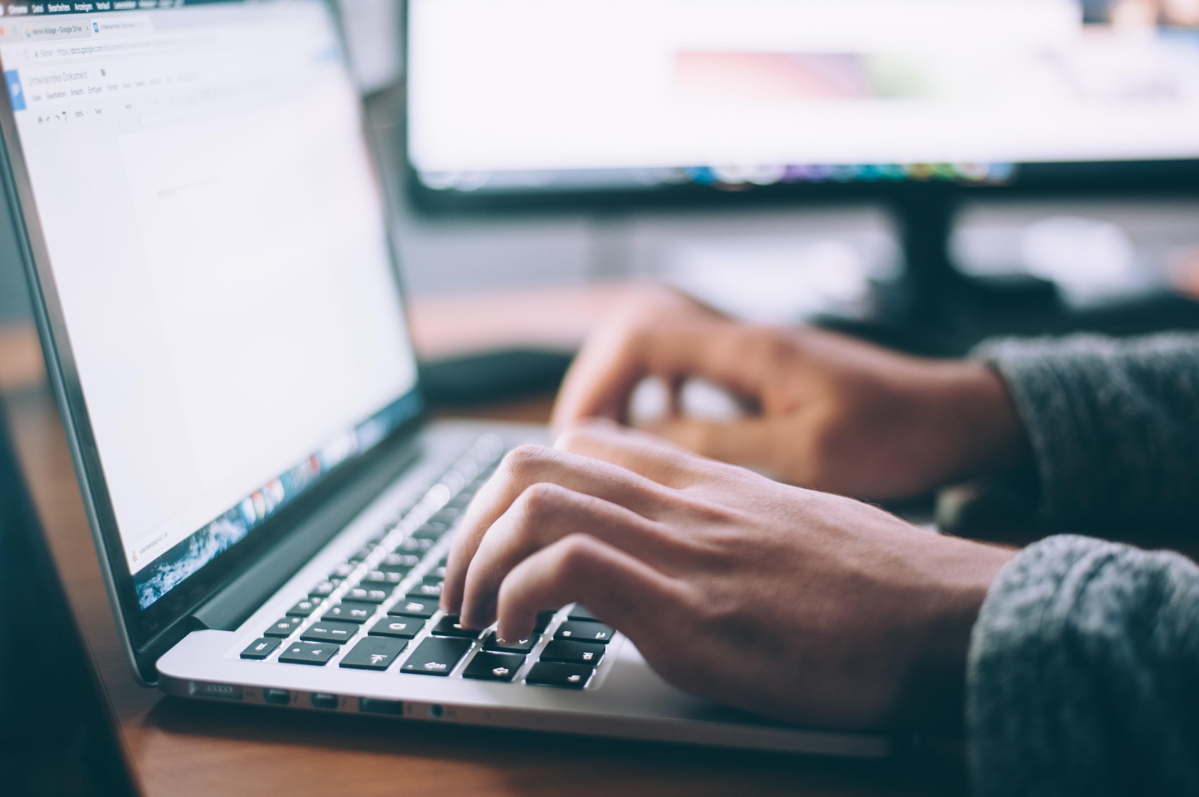 Hände tippen auf einer Computertastatur